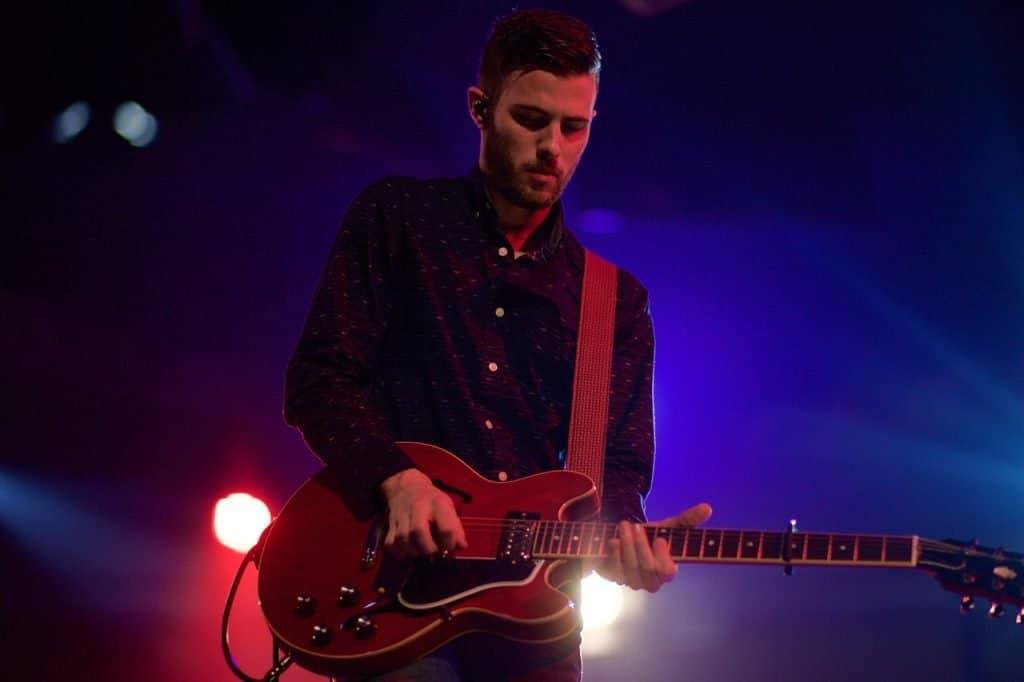 Capo sur une guitare électrique